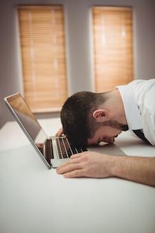 Uomo stressato in ufficio