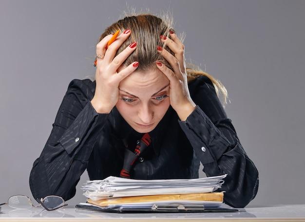 Donna stressata ed esausta al lavoro