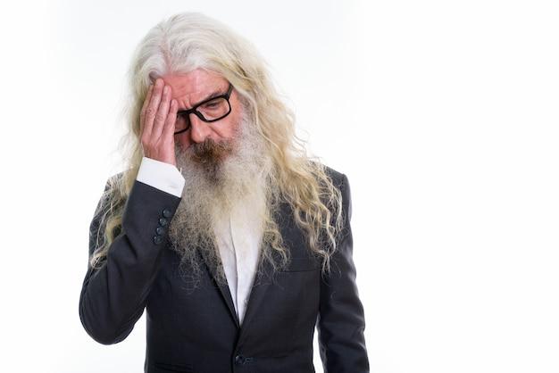 Stressato senior imprenditore barbuto con mal di testa