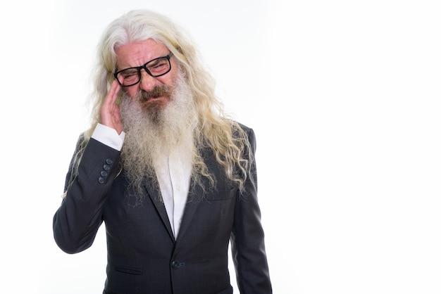 Stressato senior imprenditore barbuto indossando occhiali da vista