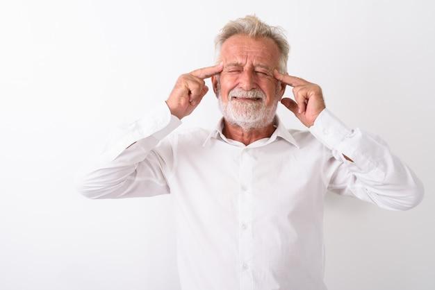 Ha sottolineato l'uomo barbuto anziano che ha mal di testa su bianco