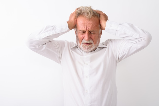 Ha sottolineato l'uomo barbuto senior pensando pur avendo mal di testa su bianco