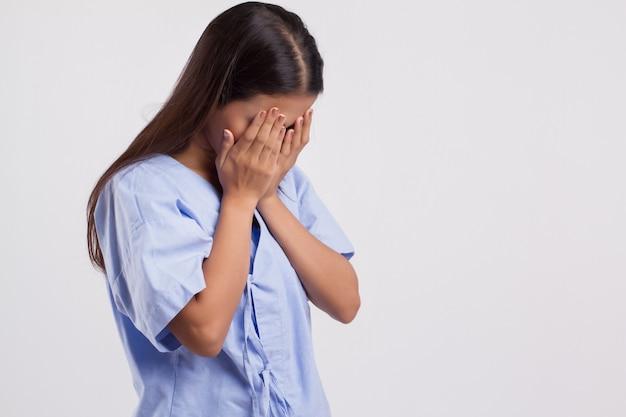 Donna asiatica malata stressata face-palm