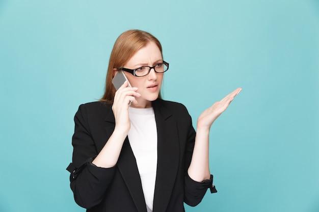 Donna infelice sollecitata con il telefono concetto di cattive notizie.