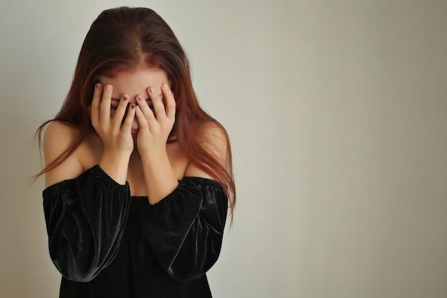 Donna stressata che fa il gesto del palmo del viso