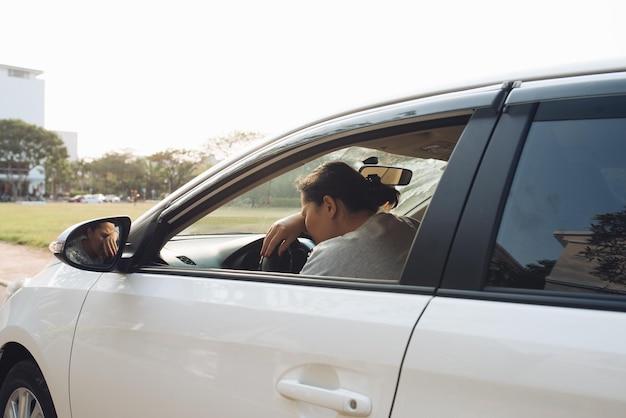 Autista stressato seduto all'interno della sua auto