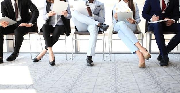 Persone stressanti in attesa di colloquio di lavoro