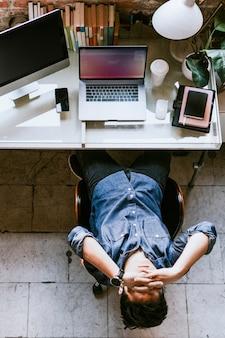 Uomo stressato e stanco seduto davanti a un computer