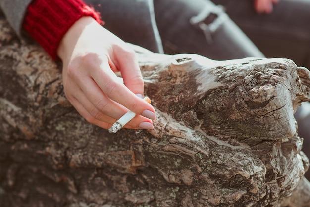Stressante, giovane donna, mano, con, sigaretta, vicino, il, tree