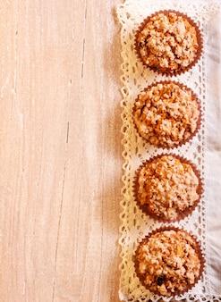 Muffin streusel sopra il tovagliolo sulla superficie di legno