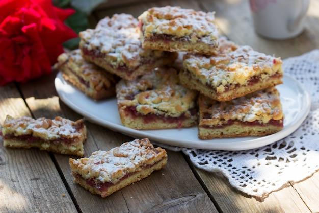 Torta streusel farcita con marmellata di rose, servita con caffè. stile rustico.