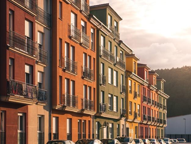 Suggestiva facciata di edifici colorati in un piccolo villaggio di pescatori nelle asturie settentrionali. luce del tramonto