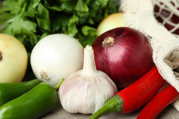 Sacchetto di corda con verdure piccanti e prezzemolo, primo piano