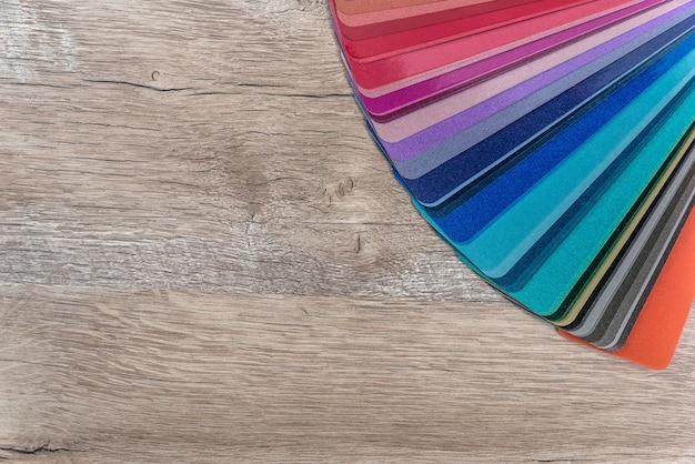 Campionatore di colori a strisce su sfondo di scrivania in legno