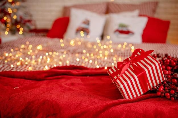 Confezione regalo a strisce sul letto