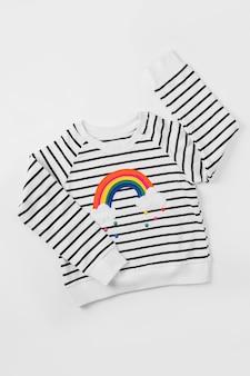 Maglione a righe con arcobaleno su sfondo bianco. vestito carino per bambini. abbigliamento per bambini per l'autunno o la primavera.