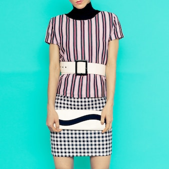 Righe e scacchi nella combinazione abbigliamento moda. signora alla moda