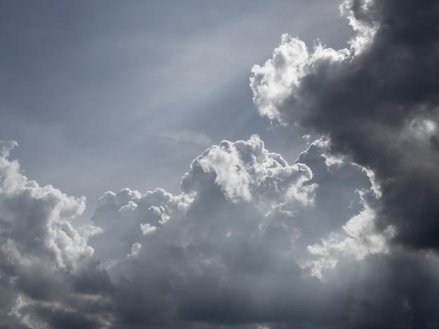 Nuvola nera di strom nel fondo della natura del cielo