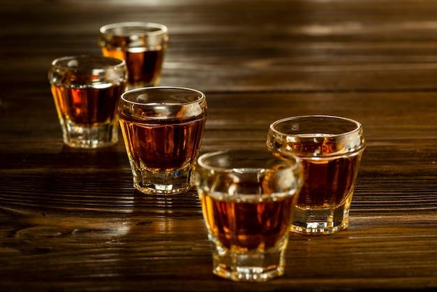 Bevande alcoliche forti in bicchieri sul tavolo, bevande alcoliche
