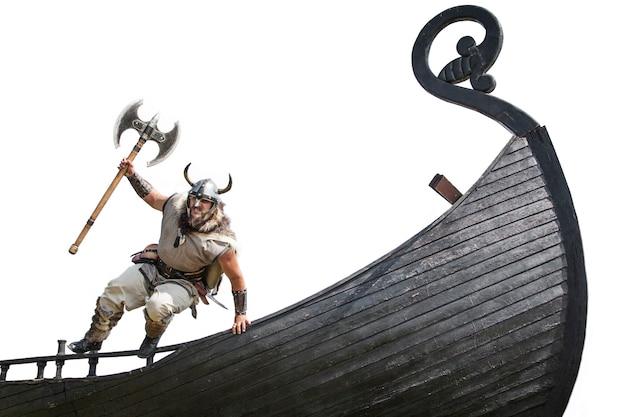 Forte vichingo barbuto arrabbiato con l'ascia che salta