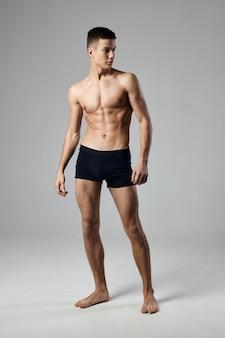 Forte atleta in torso muscoloso mutandine nere.