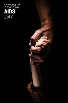 Forte mano maschio tenere la mano del bambino. giornata mondiale contro l'aids. concetto di controllo che simboleggia il giorno dell'aids e dell'hiv. supporto e concetto di cura