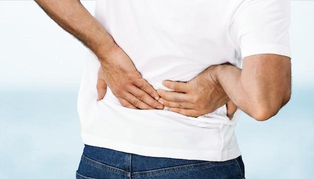 Uomo forte con mal di schiena, vista posteriore