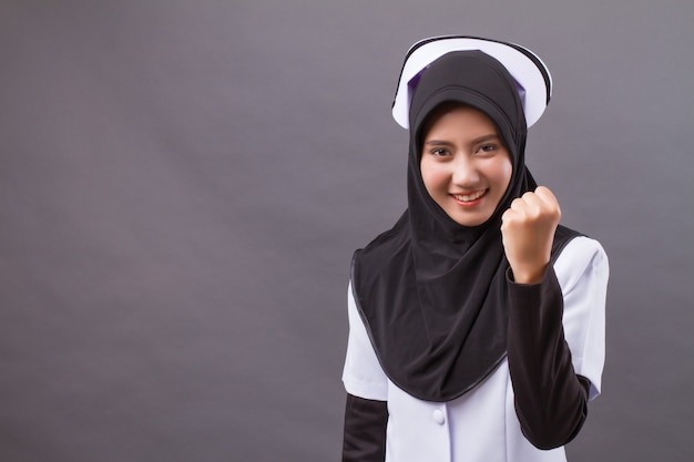 Infermiera musulmana felice fiduciosa di successo forte