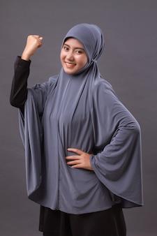 Donna musulmana forte e di successo con hijab o sciarpa