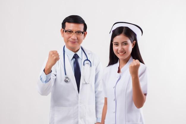 Squadra medica, medico e infermiere forti e resistenti