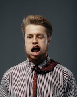 Forte vento che soffia in faccia maschile, divertente emozione. il flusso d'aria potente soffia sull'uomo d'affari sul nero