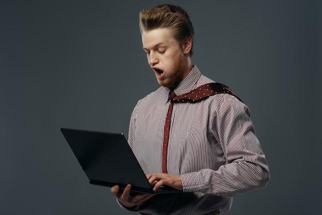 Forte vento che soffia sull'uomo con laptop, divertente emozione. potente flusso d'aria soffia su uomo d'affari su sfondo nero