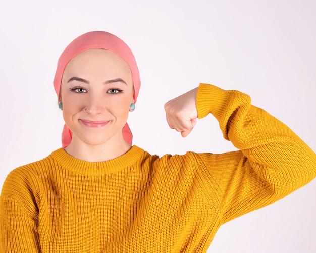 Donna combattente forte contro il cancro