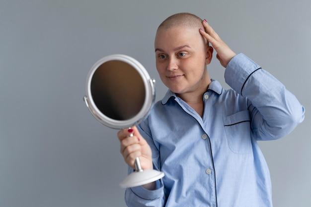 Donna forte che combatte il cancro al seno