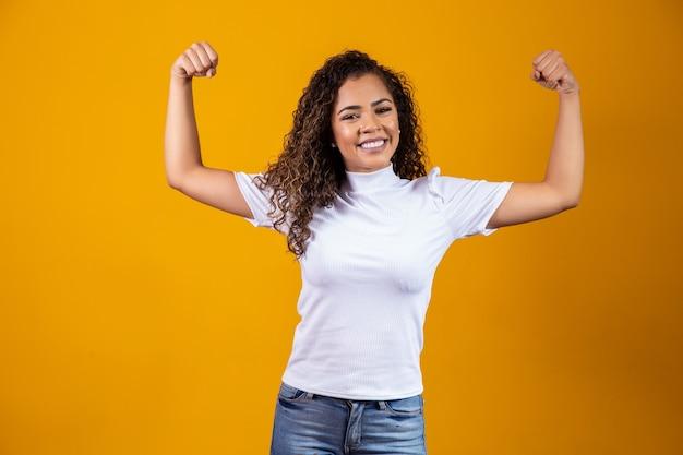Donna forte che mostra i muscoli del braccio. concetto forte