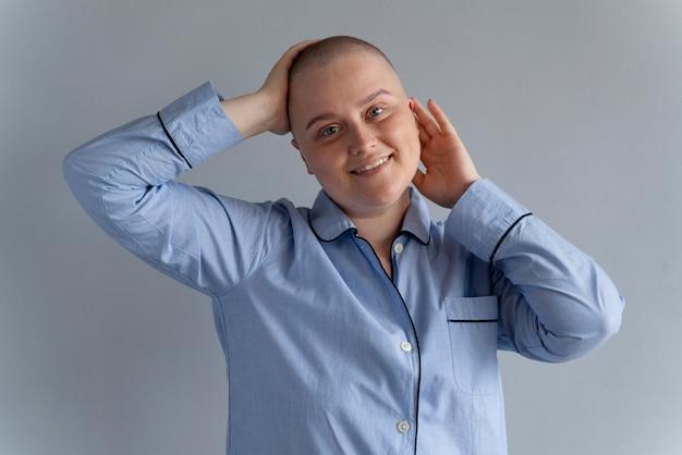 Forte giovane donna che combatte il cancro al seno