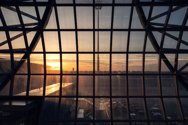 Costruzione della struttura sul terminale nell'aeroporto al tramonto