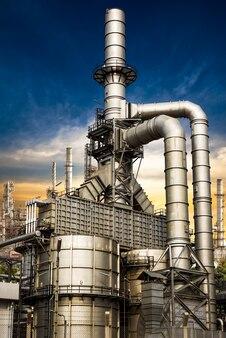 Struttura dell'edificio della raffineria di petrolio sullo sfondo del tramonto
