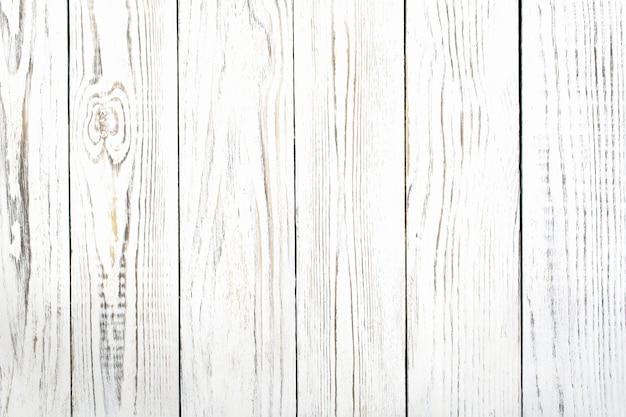 Struttura delle vecchie tavole squallide di colore bianco, situate a picco, da vicino come sfondo.