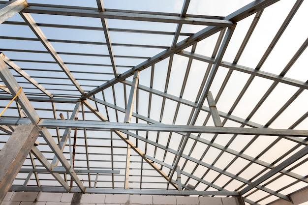 Struttura del telaio del tetto in acciaio per l'edilizia domestica. concetto di edificio residenziale in costruzione.