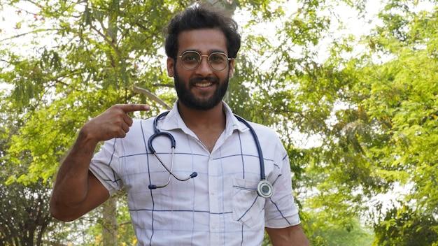 Uno studente ha ottenuto una borsa di studio in un corso di educazione medica o collage - studente con uno stetoscopio e mostrando un segno di successo - concetto di educazione medica