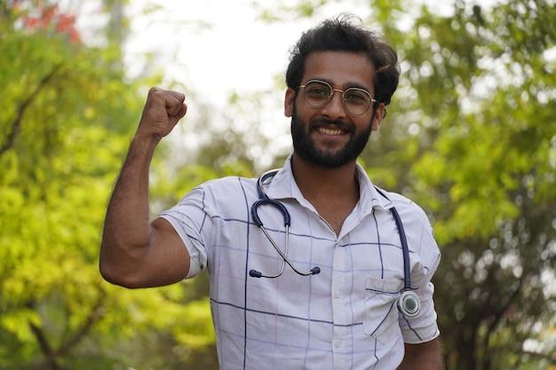 Uno studente ha ottenuto una borsa di studio in un corso di educazione medica o collage - studente con uno stetoscopio e mostrando un segno di successo - concetto di educazione medica Foto Premium