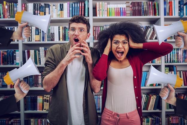 Gli studenti sono preoccupati e infastiditi a causa dell'alto volume di megafono in una biblioteca