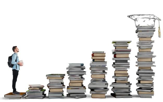 Studente che sale una scala di libri di studio