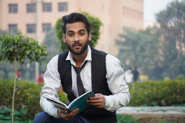 Studente nel campus collage - immagini di studenti indiani