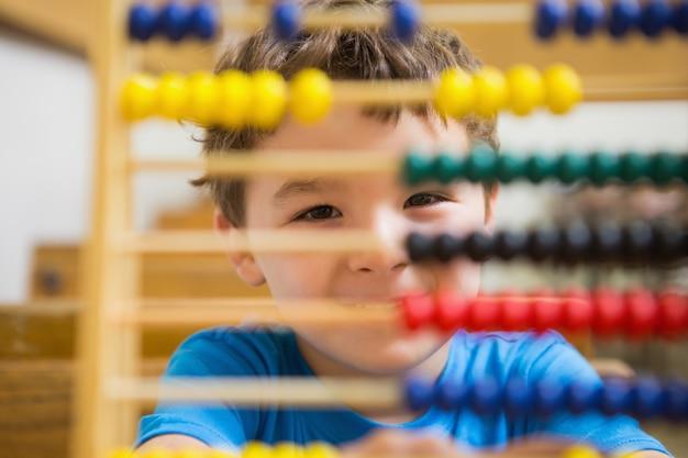 Studente facendo matematica sull'abaco