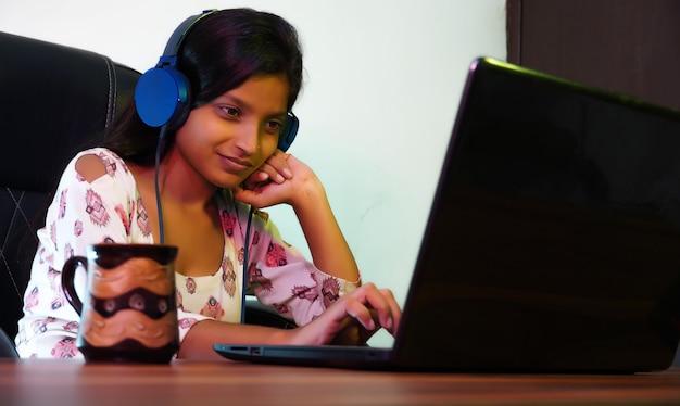 Studentessa donna che utilizza laptop