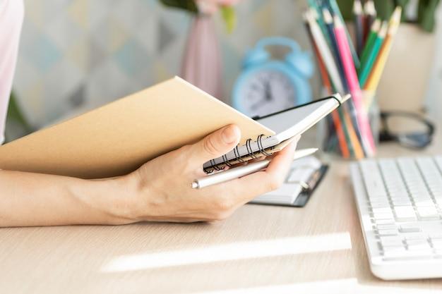 Gli amici studenti utilizzano il laptop alla ricerca di informazioni sulla lettura in classe.