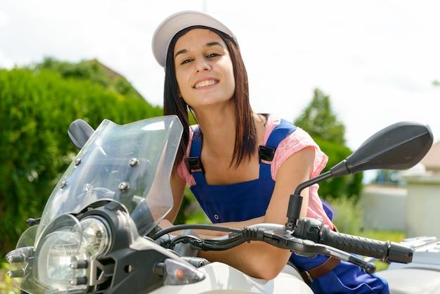 Studentessa in meccanica moto