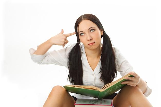 Studentessa con libro su sfondo bianco